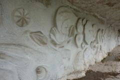 Bas relief taillé dans la falaise réalisé par Daniel Monnier