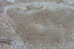 Bas-relief, taillé dans le flanc de la falaise, réalisé par Daniel Monnier,